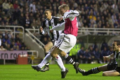 Coutinho vất vả tái hiện siêu phẩm kì diệu Bergkamp - 1