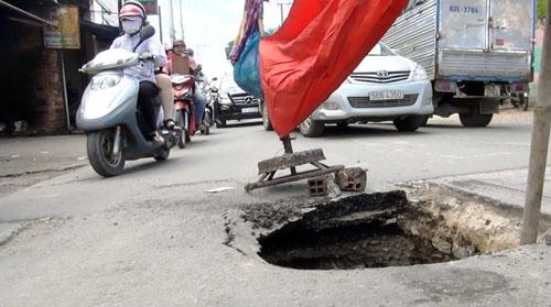 """Mặt đường ở Sài Gòn bất ngờ """"biến mất"""" tạo hố sâu 2m - 1"""