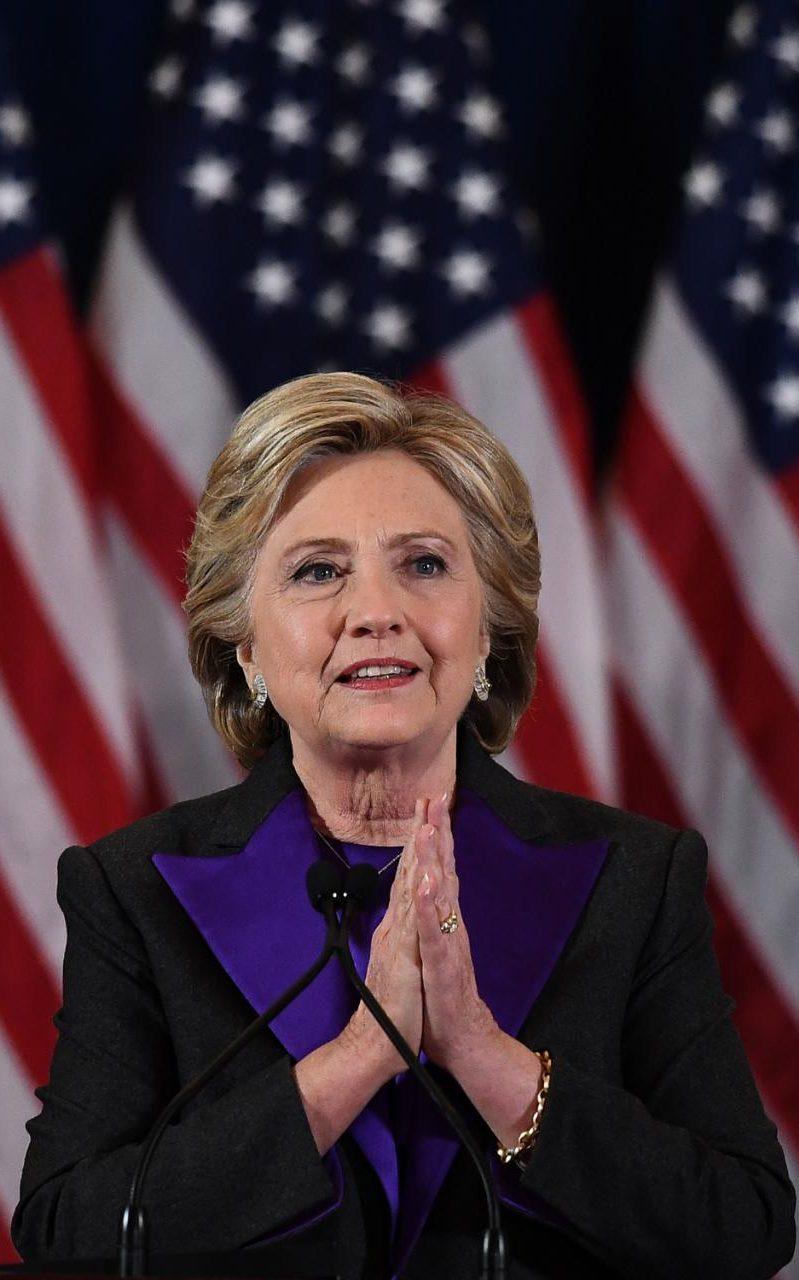 Khuôn mặt không son phấn của bà Clinton nói lên điều gì? - 1