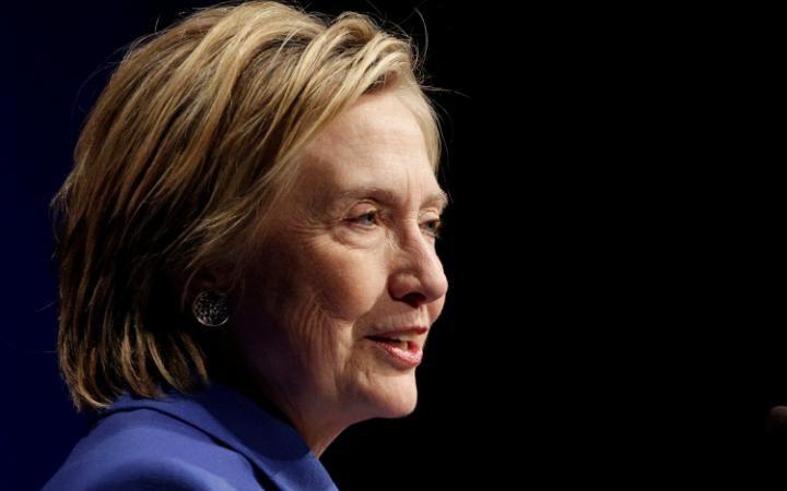 Khuôn mặt không son phấn của bà Clinton nói lên điều gì? - 3