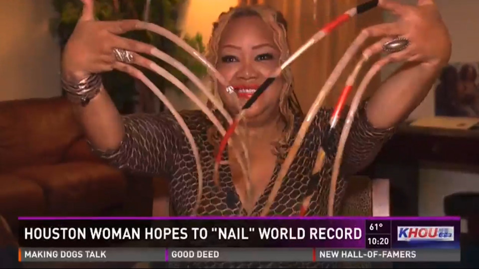 Mỹ: Người phụ nữ nuôi móng tay dài 66cm trong suốt 23 năm - 2