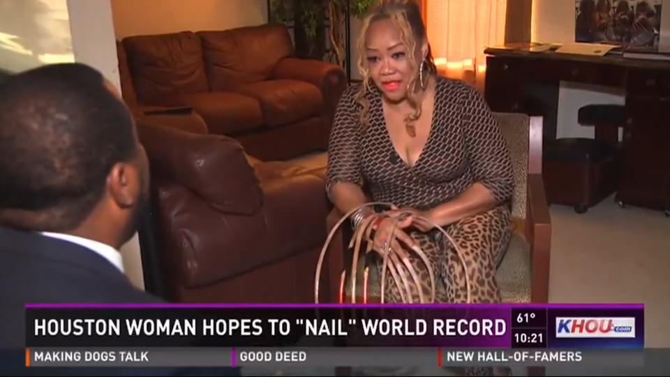 Mỹ: Người phụ nữ nuôi móng tay dài 66cm trong suốt 23 năm - 1