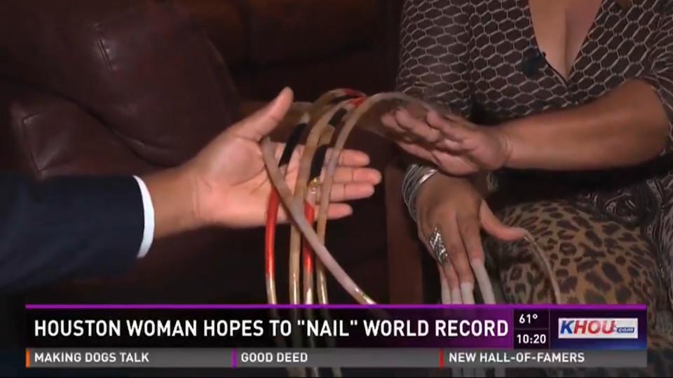 Mỹ: Người phụ nữ nuôi móng tay dài 66cm trong suốt 23 năm - 3