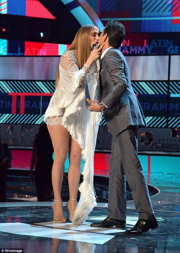 """Jennifer Lopez gợi cảm """"quên sầu"""" ở tuổi U50 - 8"""