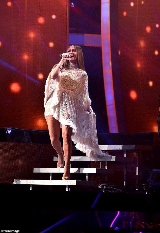 """Jennifer Lopez gợi cảm """"quên sầu"""" ở tuổi U50 - 7"""