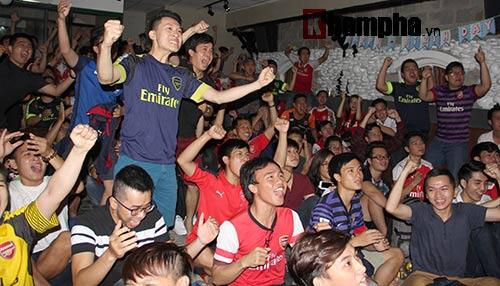 """""""Xé nát"""" lưới MU cuối trận, fan Arsenal bật khóc nức nở - 1"""