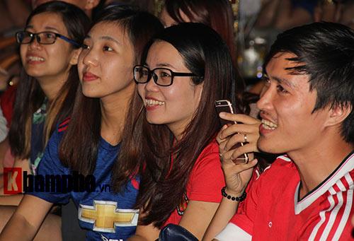 """""""Xé nát"""" lưới MU cuối trận, fan Arsenal bật khóc nức nở - 10"""