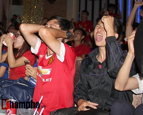 """""""Xé nát"""" lưới MU cuối trận, fan Arsenal bật khóc nức nở - 14"""