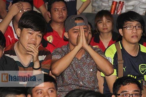 """""""Xé nát"""" lưới MU cuối trận, fan Arsenal bật khóc nức nở - 2"""