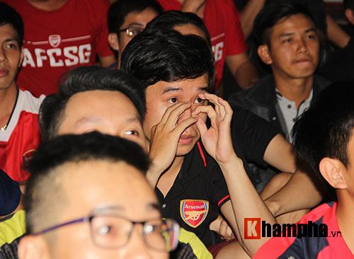 """""""Xé nát"""" lưới MU cuối trận, fan Arsenal bật khóc nức nở - 3"""