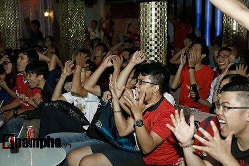 """""""Xé nát"""" lưới MU cuối trận, fan Arsenal bật khóc nức nở - 8"""