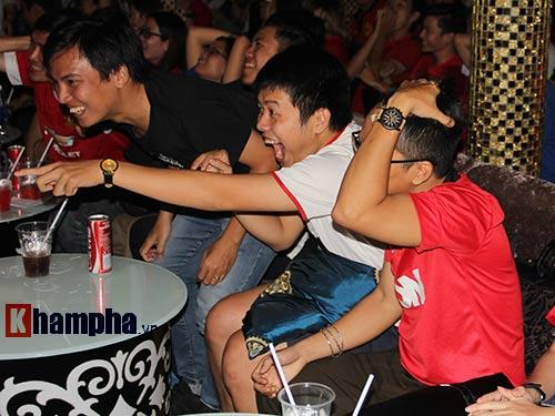 """""""Xé nát"""" lưới MU cuối trận, fan Arsenal bật khóc nức nở - 9"""