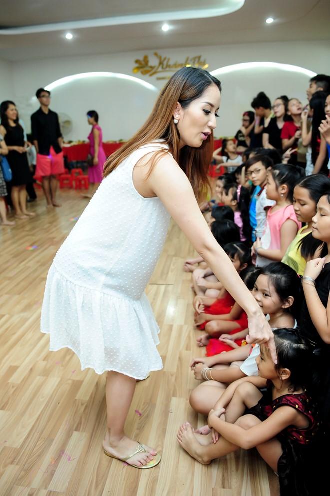 Ngắm trang phục của sao Việt khi đứng trên bục giảng - 6