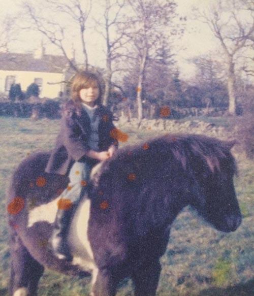 Người phụ nữ nghĩ mình là ngựa, ăn cỏ suốt 7 năm - 2