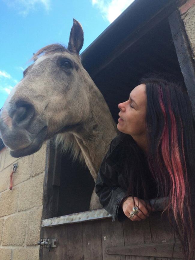 Người phụ nữ nghĩ mình là ngựa, ăn cỏ suốt 7 năm - 4