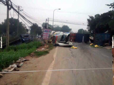 HN:Thùng xe container văng xuống đường, 2 người tử nạn - 1