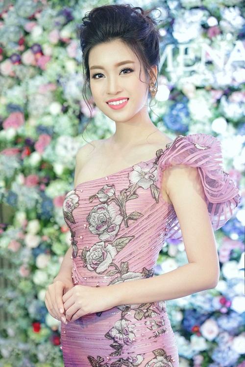 Mỹ Linh diện style gợi cảm, lấn át diva Hồng Nhung - 1