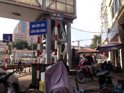 Chợ cóc bủa vây cầu bộ hành giữa Thủ đô - 2