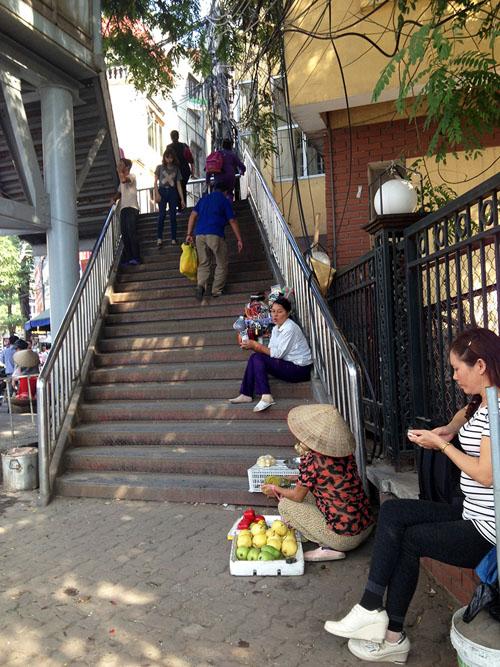 Chợ cóc bủa vây cầu bộ hành giữa Thủ đô - 3