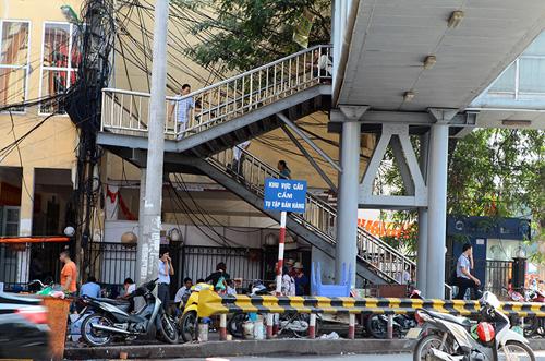 Chợ cóc bủa vây cầu bộ hành giữa Thủ đô - 1