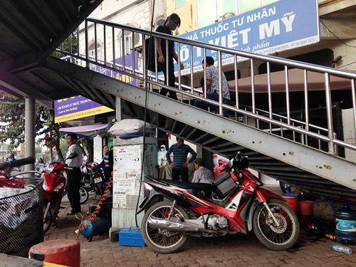 Chợ cóc bủa vây cầu bộ hành giữa Thủ đô - 6