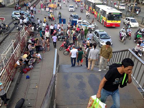Chợ cóc bủa vây cầu bộ hành giữa Thủ đô - 7