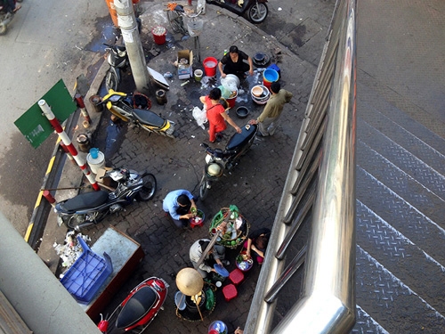 Chợ cóc bủa vây cầu bộ hành giữa Thủ đô - 5
