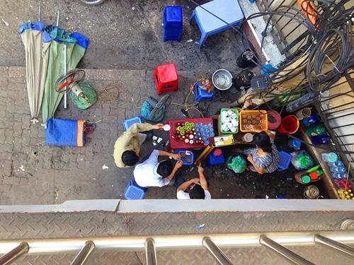 Chợ cóc bủa vây cầu bộ hành giữa Thủ đô - 8