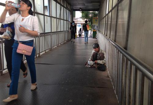 Chợ cóc bủa vây cầu bộ hành giữa Thủ đô - 10