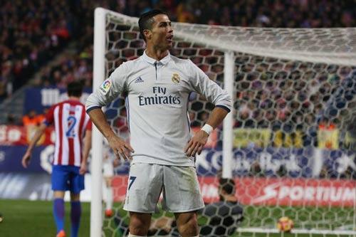 Ronaldo hat-trick: Đập tan đố kị, nắm chắc Bóng vàng - 2