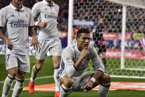 Ronaldo hat-trick: Đập tan đố kị, nắm chắc Bóng vàng - 1