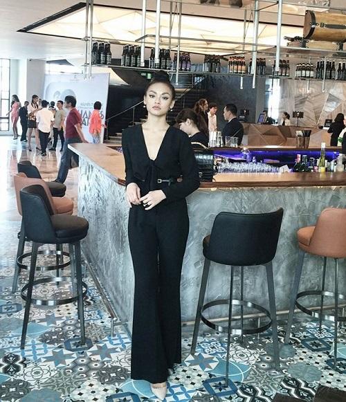 """Quỳnh Mai """"siêu vòng 3"""" bất ngờ lọt top mặc đẹp nhất - 1"""