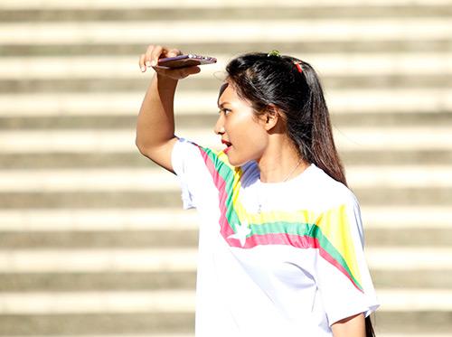 """Fan nữ Việt Nam & Myanmar """"đọ sắc"""" ở đại chiến AFF Cup - 1"""