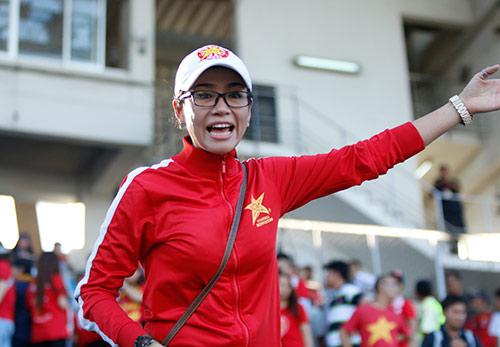 """Fan nữ Việt Nam & Myanmar """"đọ sắc"""" ở đại chiến AFF Cup - 2"""