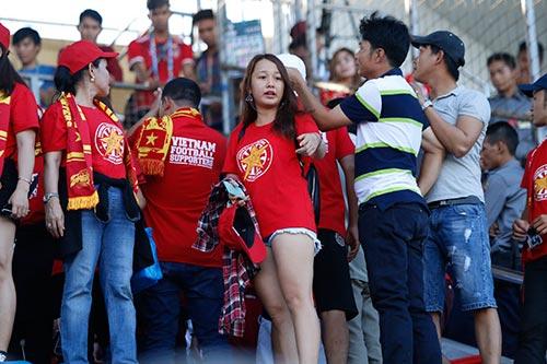 """Fan nữ Việt Nam & Myanmar """"đọ sắc"""" ở đại chiến AFF Cup - 3"""