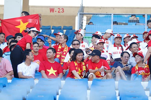 """Fan nữ Việt Nam & Myanmar """"đọ sắc"""" ở đại chiến AFF Cup - 5"""