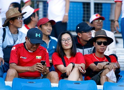 """Fan nữ Việt Nam & Myanmar """"đọ sắc"""" ở đại chiến AFF Cup - 6"""