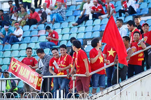 """Fan nữ Việt Nam & Myanmar """"đọ sắc"""" ở đại chiến AFF Cup - 8"""