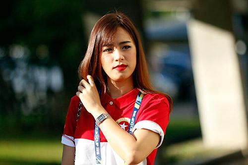 """Fan nữ Việt Nam & Myanmar """"đọ sắc"""" ở đại chiến AFF Cup - 11"""
