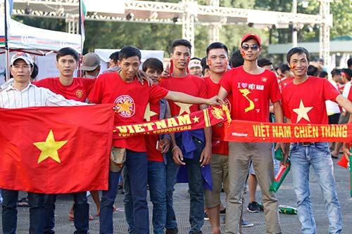 """Fan nữ Việt Nam & Myanmar """"đọ sắc"""" ở đại chiến AFF Cup - 9"""