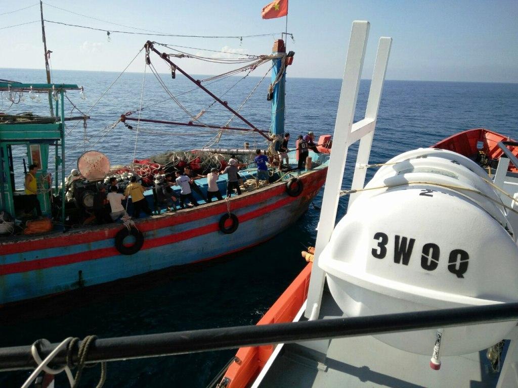 Tàu cá chết máy, 18 thuyền viên hoảng loạn giữa biển - 1