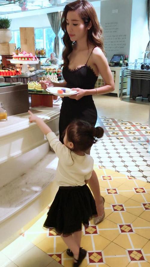 Chỉ đưa con đi ăn đi chơi, Elly Trần cũng khiến mọi ánh mắt dán chặt vào mình - 1