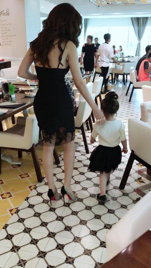 Chỉ đưa con đi ăn đi chơi, Elly Trần cũng khiến mọi ánh mắt dán chặt vào mình - 3