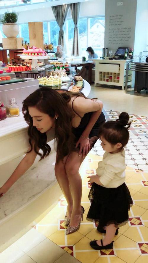 Chỉ đưa con đi ăn đi chơi, Elly Trần cũng khiến mọi ánh mắt dán chặt vào mình - 4