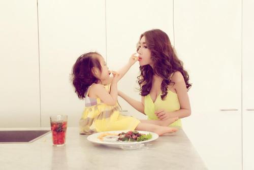 Chỉ đưa con đi ăn đi chơi, Elly Trần cũng khiến mọi ánh mắt dán chặt vào mình - 8