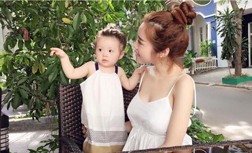 Chỉ đưa con đi ăn đi chơi, Elly Trần cũng khiến mọi ánh mắt dán chặt vào mình - 12