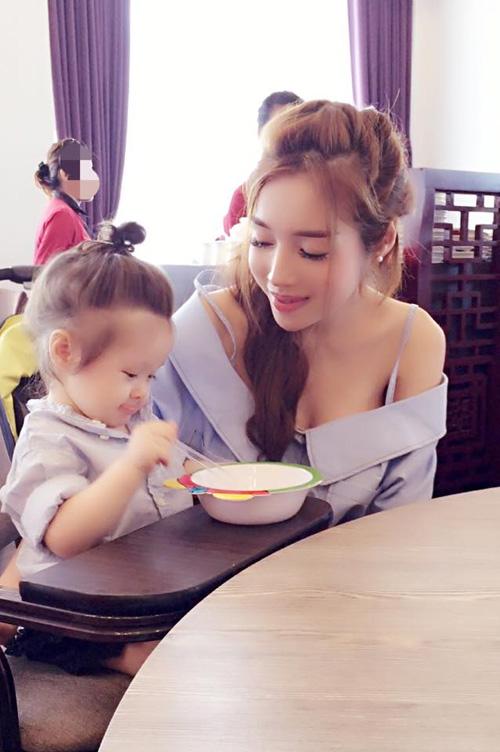 Chỉ đưa con đi ăn đi chơi, Elly Trần cũng khiến mọi ánh mắt dán chặt vào mình - 13
