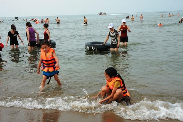 Đi tắm biển, 2 học sinh lớp 7 bị đuối nước - 1