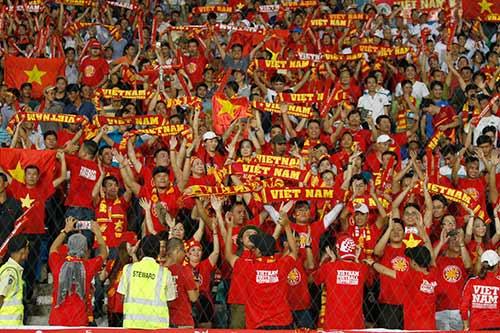 Fan nữ xinh cổ vũ hết mình cho Công Vinh và ĐT Việt Nam - 2