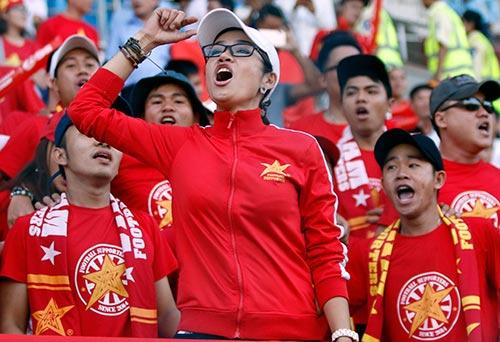 Fan nữ xinh cổ vũ hết mình cho Công Vinh và ĐT Việt Nam - 3